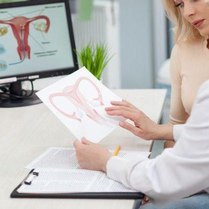 149126-o-que-faz-um-ginecologista-entenda-mais-sobre-essa-especialidade-636x424